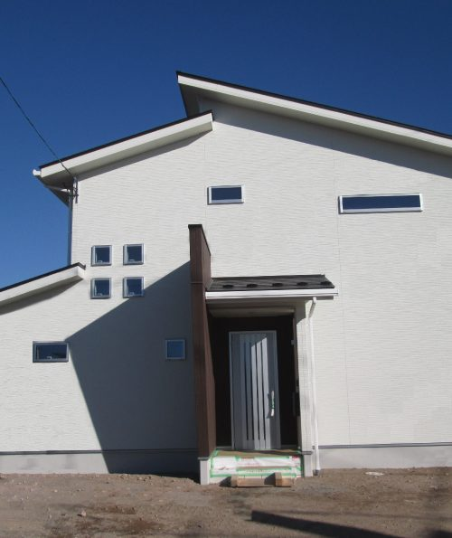 招き屋根の家